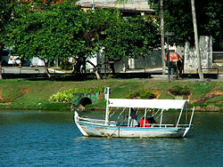 Boat on the Dique. Source: http://ileaxekareeleye.blogspot.com.br/2011/10/dique-do-tororo-eu-fui-ao-tororo-beber.html